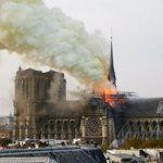 Φωτιά στον Καθεδρικό Ναό της Παναγίας των Παρισίων: Κατέρρευσε η κορυφή από το κωδωνοστάσιο
