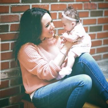 Η Καλομοίρα μας δείχνει την αστεία αντίδραση της κόρης της όταν γνώρισε τον Άγιο Βασίλη