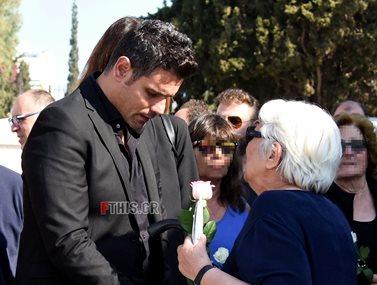 Συντετριμμένος ο Δημήτρης Ουγγαρέζος στην κηδεία της μητέρας του