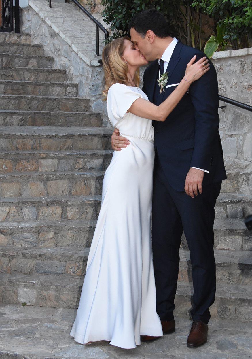 Τζένη Μπαλατσινού – Βασίλης Κικίλιας: Αυτή είναι η κυρία που έπιασε την ανθοδέσμη στο γάμο τους!