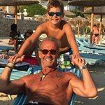 Πέτρος και Μάξιμος Κωστόπουλος: Ταξίδι στη Μύκονο μετά το γάμο της Τζένης Μπαλατσινού