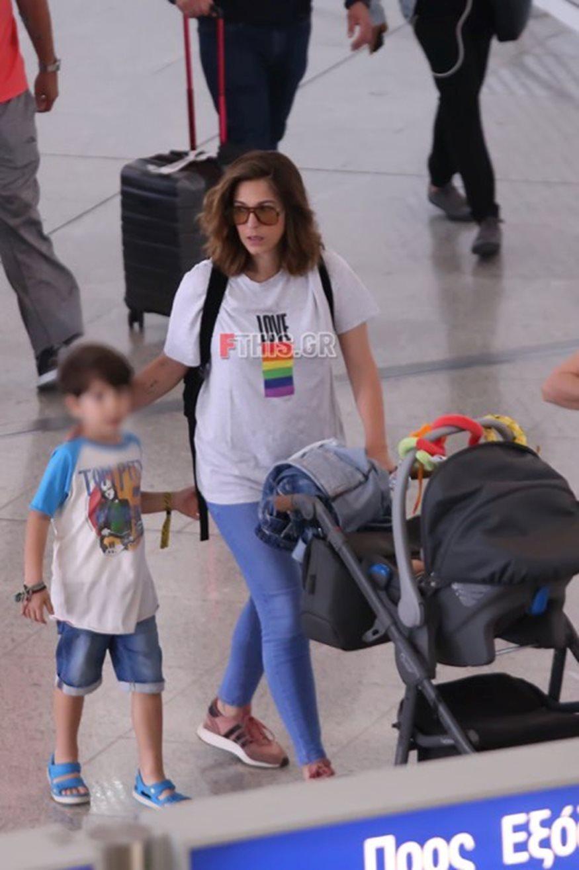 Κατερίνα Παπουτσάκη: Στο αεροδρόμιο με τον σύζυγο και τα παιδιά της