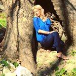 Ελένη Μενεγάκη: Τα παιχνίδια με τον σκύλο της στα Άχλα και τα γέλια της Μαρίνας!