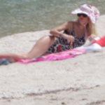 Η Ελένη Μενεγάκη και οι τρεις κόρες της ποζάρουν για πρώτη φορά με μαγιό στην παραλία!