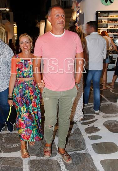 Paparazzi! Η Μαρία Μπεκατώρου και ο σύζυγός της Αντώνης Αλεβιζόπουλος στα γραφικά σοκάκια της Μυκόνου!