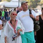 Μαρία Μπεκατώρου: Φωτογραφίζει τον σύζυγο της με μαγιό στην παραλία!
