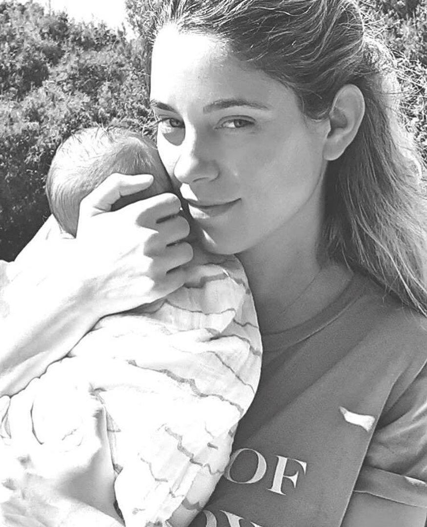 Δούκισσα Νομικού: Ο γιος της έγινε ενός έτους και μας έδειξε τη στιγμή που τον παίρνει για πρώτη φορά αγκαλιά