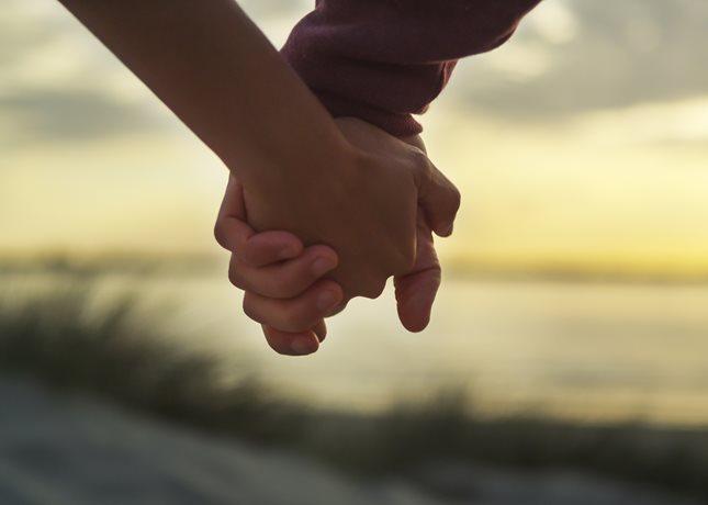 Παντρεύεται αγαπημένο ζευγάρι το Σεπτέμβρη: Δείτε το προσκλητήριο του γάμου τους