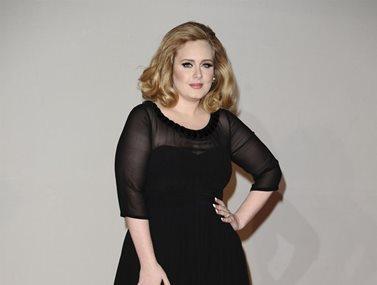 Adele: Η εντυπωσιακή αλλαγή στην εμφάνισή της