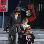 Paparazzi: Η Μπέττυ Μαγγίρα για αγορές με τις κόρες της!