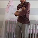 Η κόρη του έγινε τριών εβδομάδων και ο παρουσιαστής δημοσίευσε την πιο τρυφερή φωτογραφία