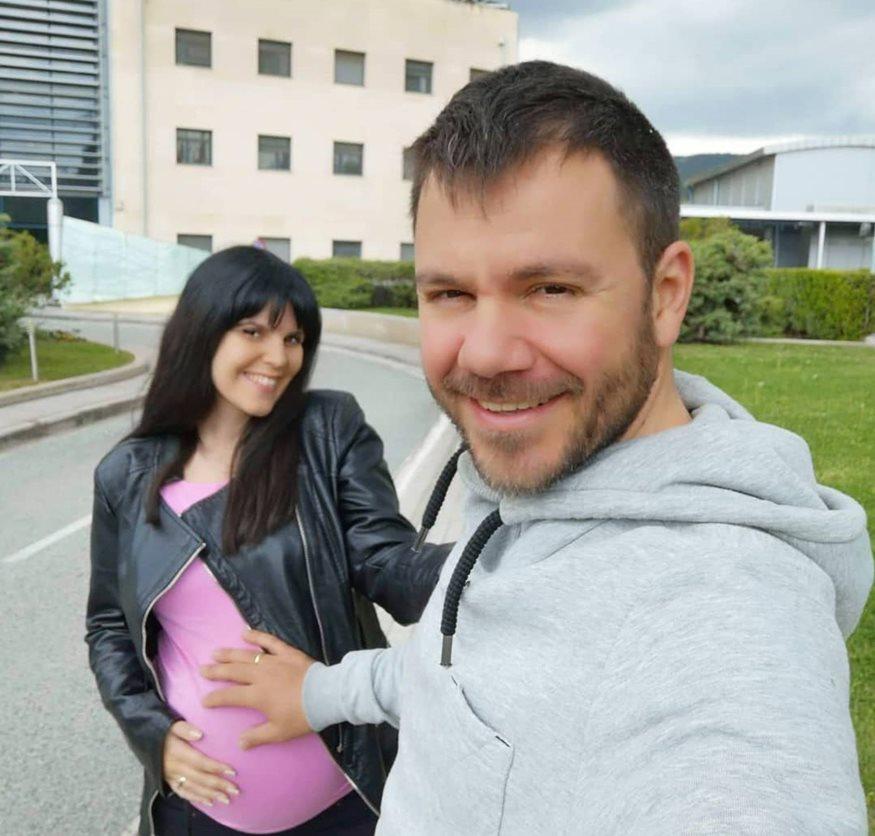 Ευτύχης Μπλέτσας: Φωτογραφίζει τη σύζυγό του να θηλάζει τη νεογέννητη κόρη τους
