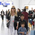 Φαίη Σκορδά: Στο αεροδρόμιο με τα αγόρια της!
