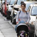 Paparazzi! Κλέλια Ρένεση: Χαλαρή βόλτα με την 4μηνών κόρη της!