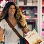 Ρούλα Σταματοπούλου: Προχωράει κούκλα & αεράτη προς τους paparazzi, αλλά εκείνοι... φωτογραφίζουν την Μενεγάκη που είναι πίσω της