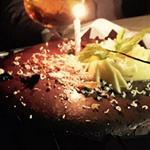 Ο Έλληνας παρουσιαστής είχε γενέθλια και η σύζυγός του τον περίμενε με τούρτα – έκπληξη!