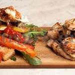 Κοτόπουλο με βαλσάμικο, μέλι και βότανα στη σχάρα και ιταλική σαλάτα