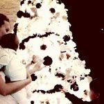 Η Σίσσυ Χρηστίδου στολίζει το χριστουγεννιάτικο δέντρο με τους γιους της