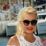 Ελένη Μενεγάκη: Φόρεσε το αγαπημένο της χρώμα για το καλοκαίρι και έκανε νάζια στο φακό!