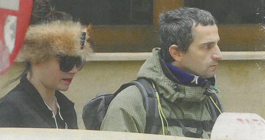 Άρης Σερβετάλης: Σπάνια δημόσια εμφάνιση με την εδώ κι έξι χρόνια σύζυγό του