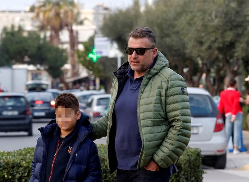 Paparazzi: Ο Γιώργος Λιάγκας στο κέντρο της Γλυφάδας με τον γιο του