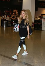 Paparazzi: Η εγκυμονούσα Δούκισσα Νομικού στο αεροδρόμιο