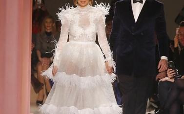 Ντύθηκαν νύφη και γαμπρός και περπάτησαν στην πασαρέλα κάνοντας πρόβα για τον γάμο τους