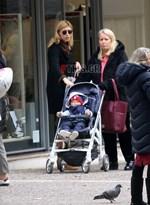 Paparazzi: Η Σία Κοσιώνη με τον γιο και τη μητέρα της στο κέντρο της Κηφισιάς