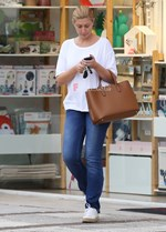 Paparazzi: Η Σία Κοσιώνη σε κατάστημα με βρεφικά ήδη για τον γιο της