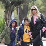 Φαίη Σκορδά: Στο κέντρο της Γλυφάδας με τους γιους της