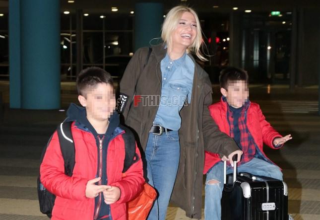 Φαίη Σκορδά: Στο αεροδρόμιο με τους γιους της