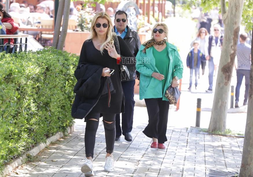Κωνσταντίνα Σπυροπούλου: Βόλτα στη Γλυφάδα με τους γονείς της