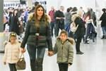 Σταματίνα Τσιμτσιλή και Θέμης Σοφός: Στο αεροδρόμιο μαζί με τις κόρες τους, Νάγια και Μαίρη