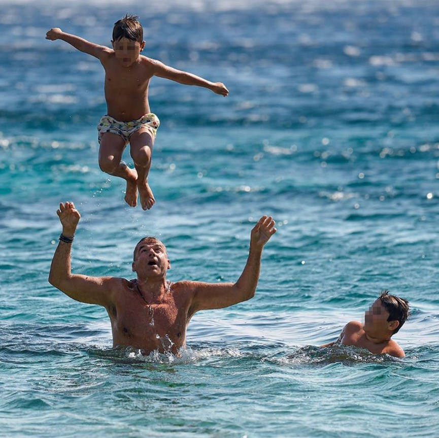 Γιώργος Λιάγκας: Δημοσίευσε την πιο καλοκαιρινή φωτογραφία με τους γιους του!