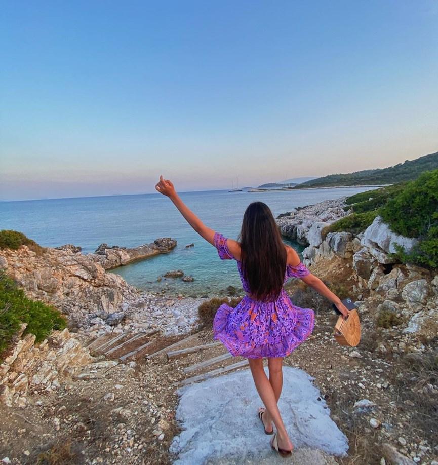 Τατιάνα Στεφανίδου: Φωτογραφίζει την κόρη της, Λυδία, στις διακοπές τους