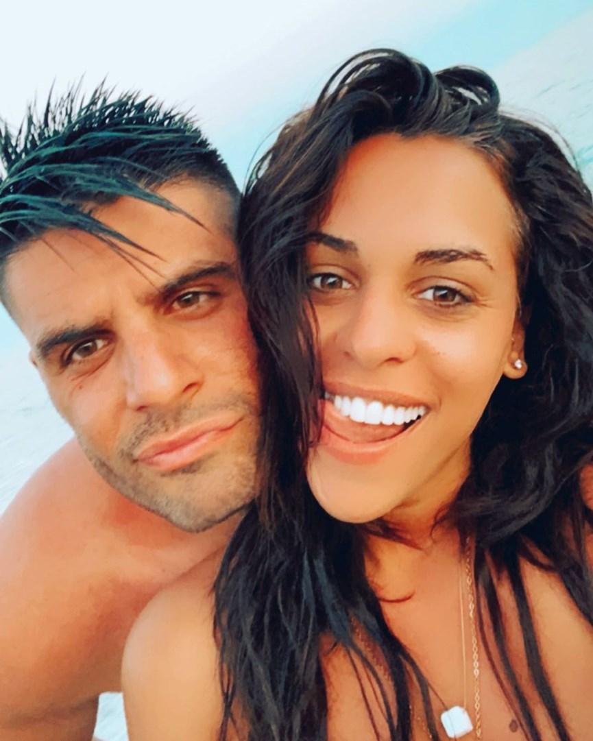 Γνωστός Έλληνας τραγουδιστής έκανε το επόμενο βήμα στη σχέση του με τη σύντροφό του