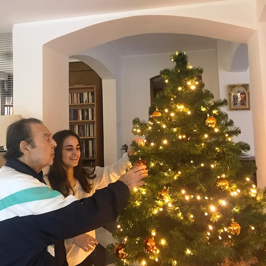 Άντζελα Γκερέκου: Φωτογραφίζει τον Τόλη Βοσκόπουλο και την κόρη τους Μαρία να στολίζουν το χριστουγεννιάτικο δέντρο