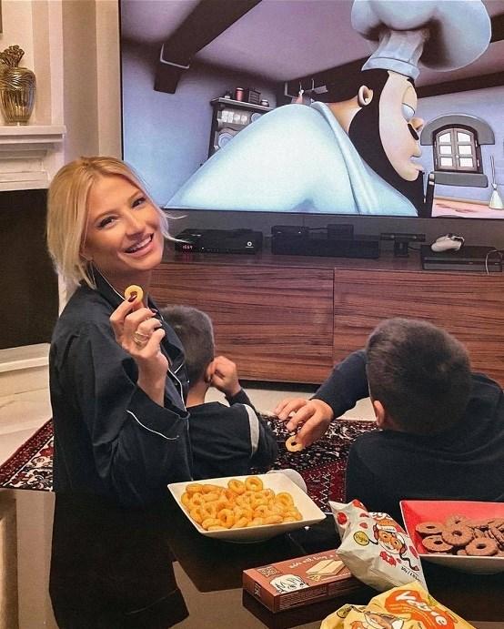 Φαίη Σκορδά: Δείτε πώς χαλαρώνει στο σαλόνι του σπιτιού της με τους γιους της! (Φωτογραφία)
