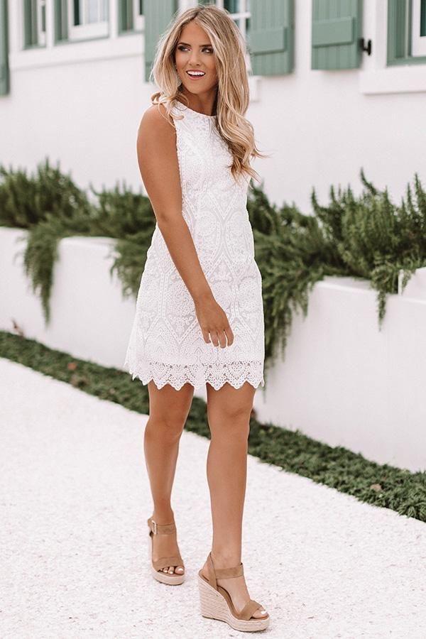 μοντέλο με μίνι φόρεμα