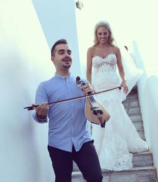 Με κοντυλιές του Κρητικού λυράρη Στέλιου Βαμβακά, ο γάμος της Σάσας Μπάστα στη Μύκονο (pics)