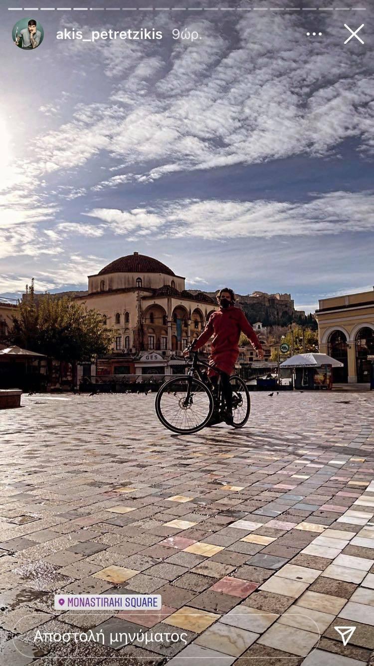 Άκης Πετρετζίκης: Βγήκε βόλτα με το ποδήλατο του στο κέντρο της Αθήνας