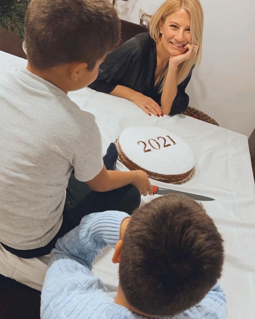 Φαίη Σκορδά: Η γλυκιά φωτογραφία με τους γιους της και η ευχή για το νέο έτος!